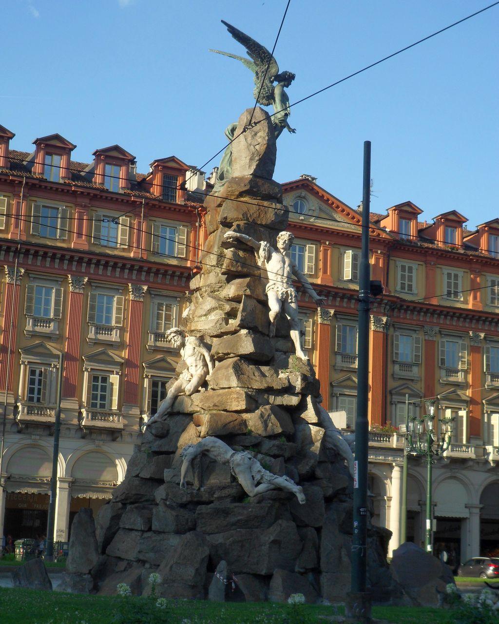 Площадь Статуто и Фонтан Фрежюс