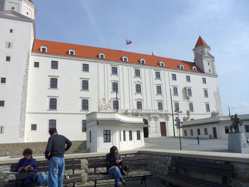 Белоснежный фасад замка