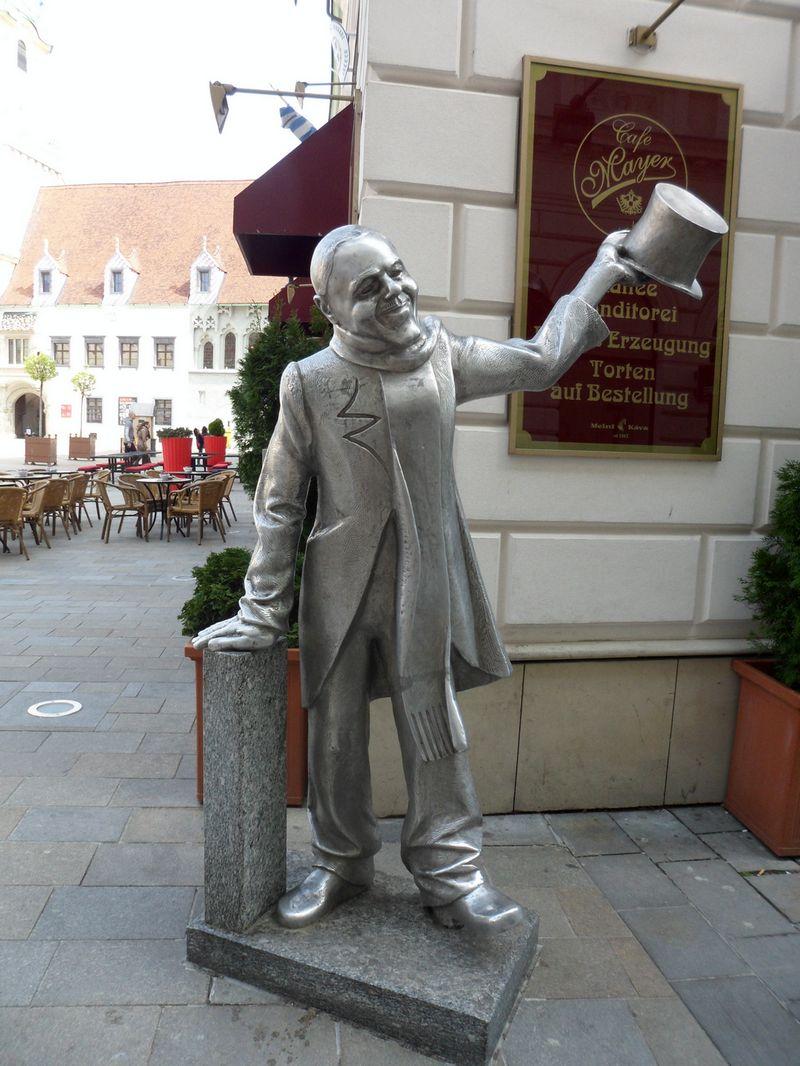 Памятник городскому сумасшедшему